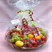 Cadeau vitaminé 🍓🍊🍍 Dites-le avec les fruits 😍 —— #cadeau #fruitezvouslavie #panierdefruit #corbeilledefruits #corbeille #fruit #cadeauvitaminé #fruits #fruitsrouges #fruitplatter #fruitlover #happyfruit #livraisonadomicile #livraison #cagnessurmer #nicefrenchriviera #nicecotedazur #cotedazurfrance #nice06 #colorful #colorfood #healthyfood #healthylifestyle #yummy #ideecadeau #cadeauoriginal #paniercadeau